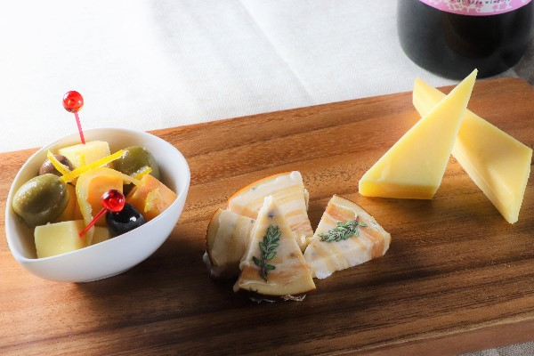 せらワイナリー セラフルールSARALI赤/スモークチーズパンチェッタ・チーズ&オリーブ(ゆず山椒)・ゴーダチーズスモーク