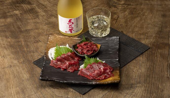 常楽酒造 本格米焼酎 馬花誉(うまかよ)/馬刺し(上赤身・ユッケ)